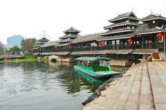 Ponte tradizionale cinese allo Shangri-La Guilin, Guilin Immagini Stock