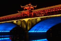 Ponte tradizionale cinese nella notte fotografia stock