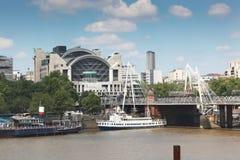 Ponte transversal e estação de Charing Fotografia de Stock Royalty Free