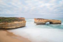 Ponte uma de Londres do lugar da atração na grande estrada do oceano, Austrália imagens de stock royalty free