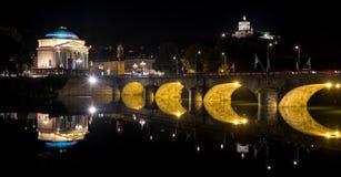 Ponte Umberto I, ponte sobre o rio Po no centro de Turin A igreja de Gran Madre, Chiesa Gran Madre di Dio na distância imagens de stock royalty free
