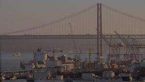 Ponte Vasco da Gama e uma doca do navio de carga vídeos de arquivo