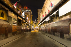 Ponte Vecchio内部夜视图在阿尔诺河的在佛罗伦萨 库存图片