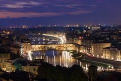 Ponte Vecchio夜视图在阿尔诺河的在佛罗伦萨 库存照片