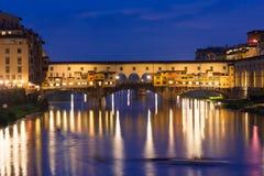 Ponte Vecchio夜视图在阿尔诺河的在佛罗伦萨 免版税图库摄影