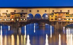 Ponte Vecchio夜视图在阿尔诺河的在佛罗伦萨 库存图片