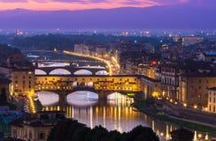 Ponte Vecchio夜视图在阿尔诺河的在佛罗伦萨 免版税库存照片
