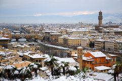 Ponte Vecchio或老桥梁有雪全景的托斯卡纳佛罗伦萨意大利 免版税库存图片
