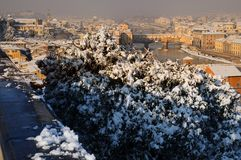 Ponte Vecchio或老桥梁有雪全景的托斯卡纳佛罗伦萨意大利 免版税图库摄影