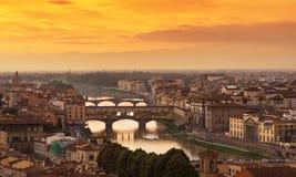 Ponte Vecchio日落视图在阿尔诺河的在佛罗伦萨 免版税库存图片