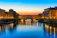 Ponte Vecchio日落视图在阿尔诺河的在佛罗伦萨 免版税库存照片