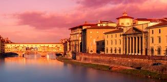 Ponte Vecchio美好的日落视图在阿尔诺河的在Floren 免版税库存图片