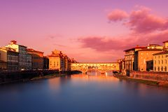 Ponte Vecchio美好的日落视图在阿尔诺河的在Floren 图库摄影