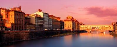 Ponte Vecchio美好的日落视图在阿尔诺河的在Floren 库存照片
