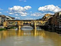 Ponte Vecchio är en medeltida stenbågebro över Arno River Royaltyfri Foto