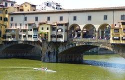 Ponte Vecchio över den Arno floden i Florence, Italien royaltyfria foton