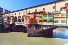 Ponte Vecchio över den Arno floden i Florence, Italien Arkivfoton