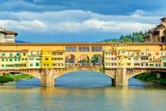 Ponte Vecchio über der Arno-Fluss in Florenz stockfotografie