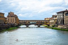 Ponte Vecchio - γέφυρα πέρα από τον ποταμό Arno που βρίσκεται στη Φλωρεντία στοκ φωτογραφίες με δικαίωμα ελεύθερης χρήσης