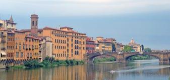 Ponte Vecchio - γέφυρα στη Φλωρεντία, που βρίσκεται στη στενότερη ισοτιμία στοκ φωτογραφία