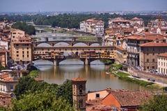Ponte Vecchio - γεφυρώστε πέρα από τον ποταμό Arno στην πόλη της Φλωρεντίας στοκ εικόνες με δικαίωμα ελεύθερης χρήσης