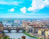 Ponte Vecchio και άλλες γέφυρες πέρα από τον ποταμό Arno στη Φλωρεντία Στοκ φωτογραφία με δικαίωμα ελεύθερης χρήσης