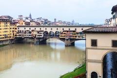 Ponte Vecchio και Arno στη Φλωρεντία στη βροχή φθινοπώρου Στοκ εικόνες με δικαίωμα ελεύθερης χρήσης