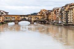 Ponte Vecchio πέρα από τον ποταμό Arno και σπίτια το φθινόπωρο Στοκ Εικόνες