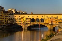 Ponte Vecchio πέρα από τον ποταμό Arno στη Φλωρεντία, Ιταλία στοκ φωτογραφία