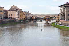 Ponte Vecchio πέρα από τον ποταμό Arno το βράδυ autmun Στοκ Εικόνες