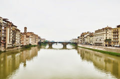 Ponte Vecchio, Φλωρεντία με τις αντανακλάσεις στον ποταμό Arno Στοκ Εικόνες