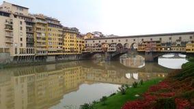 Ponte Vecchio и река Арно в Флоренсе, Италии акции видеоматериалы
