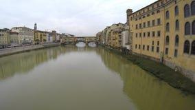 Ponte Vecchio и река Арно в Флоренсе, Тоскане сток-видео