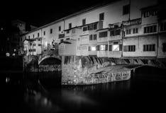 Ponte Vecchio (мост Vecchio) на ноче Стоковое фото RF