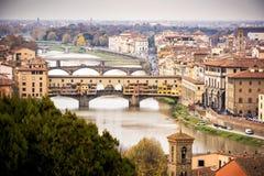 Ponte Vecchio над рекой Арно в Флоренсе, Италии стоковые фото