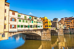 Ponte Vecchio на заходе солнца в Флоренсе, Италии Стоковые Фотографии RF