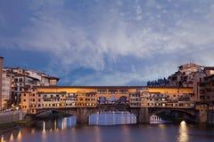 Ponte Vecchio над рекой Арно в Флоренсе, Италии Стоковое Фото