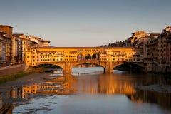 在日落,佛罗伦萨,意大利的Ponte Vecchio 免版税图库摄影