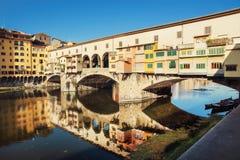 Ponte Vecchio avspeglar i Riveret Arno, Florence royaltyfri bild