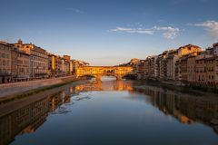 Ponte Vecchio bij zonsondergang, Florence, Italië stock foto