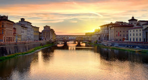 Ponte Vecchio bij zonsopgang stock foto
