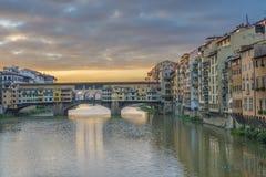 Ponte Vecchio bro i Florence, Italien på soluppgång royaltyfri foto