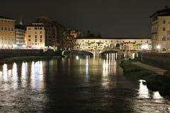 Ponte Vecchio bro i Florence på natten Royaltyfria Foton