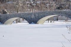 Ponte vecchio del mulino sopra Humber all'inizio di febbraio Fotografie Stock Libere da Diritti
