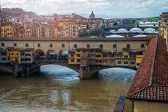 Ponte Vecchio, die berühmte Brücke und der Arno Stockbilder
