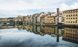 Ponte Vecchio e construções históricas está espelhando no rive imagens de stock royalty free