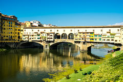 Ponte Vecchio eller gammal bro avslutade 1345 i Florence, Italien Royaltyfri Fotografi