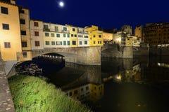 Ponte Vecchio en escena de la noche de Florence Italy foto de archivo