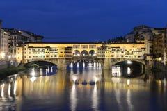 Ponte Vecchio en Firenze, Italia - escena de la noche imagen de archivo libre de regalías