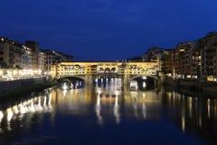 Ponte Vecchio en Firenze, Italia - escena de la noche fotos de archivo libres de regalías
